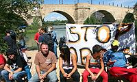Reunión tras la acampada en el Puente de Piedra de Zaragoza
