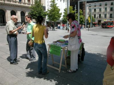 Apudepa en la Plaza de España: Firmas a favor del teatro Fleta