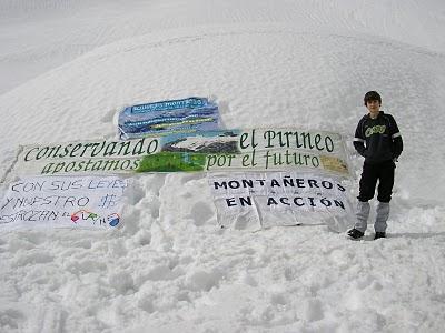20110104125743-brian-remiro-escosa-en-espelunziecha-junto-a-las-pancartas-21-03-2010-foto-v-trigo.jpg